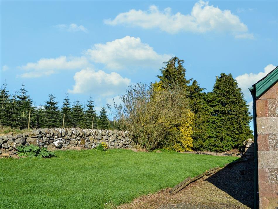Garden at Easter Rattray Cottages: The Bothy, Blairgowrie