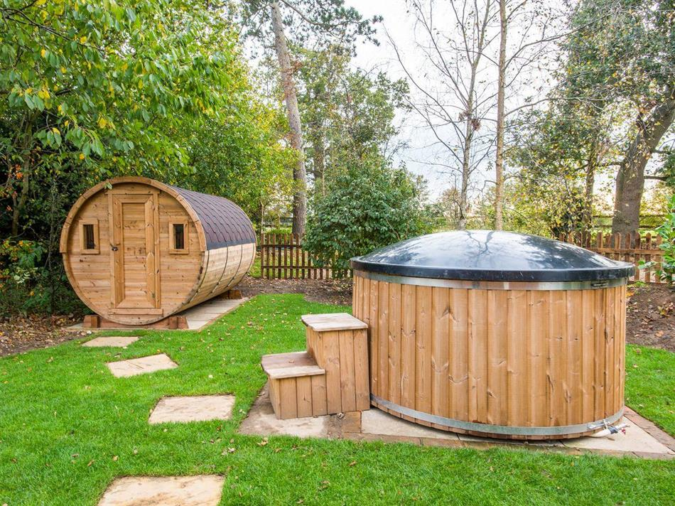 Hot tub at Cowslip Cottage,
