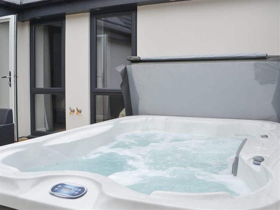 Hot tub at Poppy Cottage,
